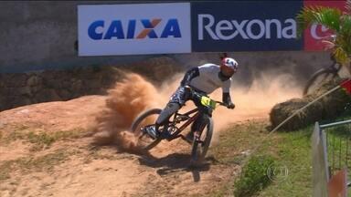 Ciclistas participam da fase classificatória do Downhill, descida radical - Dos 120 competidores, apenas 30 se classificam para as oitavas que acontecem neste domingo dentro do Esporte Espetacular.