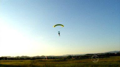 Revista acompanha salto de paraquedista em balão - Ele descreveu a emoção de saltar de uma altura de 1.500 metros; equipamento demorou para abrir, mas o pouso foi um sucesso.