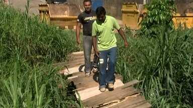 Ponte de madeira preocupa moradores em Jundiaí - Uma ponte que separa Várzea Paulista de Jundiaí não está agradando os moradores. Segundo eles, o trajeto está sem condições. A ponte é de madeira e foi construída há mais de 20 anos. Além da falta de segurança, outro problema é o mato alto.
