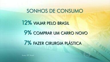 Viajar, comprar carro e fazer cirurgia plástica são os principais sonhos do brasileiro - Segundo a pesquisa da SPC Brasil, fazer uma viagem internacional é o sonho campeão, no imaginário de 15% dos entrevistados. A maioria das pessoas (89%) considera que o sonho está além de sua capacidade financeira.