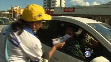 No Recife, agentes de saúde reforçam o combate à dengue e à febre chikungunya - Equipes entregaram folhetos informativos e conversaram com a população em vários pontos da capital.