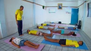 Jovem de 25 anos vira exemplo ao ensinar ioga em comunidade carente do Recife - Aulas são gratuitas e destinadas principalmente a crianças moradoras do Coque.