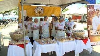 Feira de Pães Caseiros é realizada na orla da Pajuçara em Maceió - Evento é resultado de um curso feito por uma ONG que dá oportunidade a donas de casa de se transformarem em mulheres empreendedoras.