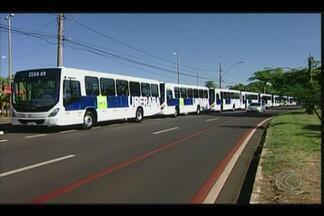 Prefeitura e empresas apresentam novos ônibus em Uberaba - Veículos devem entrar em circulação em duas semanas. Aumento na tarifa do transporte foi anunciado na sexta-feira (16).