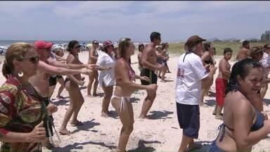 Com o tempo abafado, movimento no litoral é alto - Com os dias ensolarados, além do banho de mar, muitas são as atividades promovidas no litoral para entreter os veranistas.
