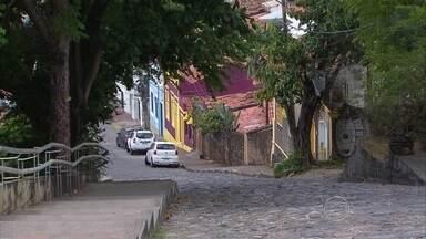 Prefeitura de Olinda inicia bloqueio de veículos em ruas do Sítio Histórico - Objetivo é reduzir circulação de carros durante realização de prévias carnavalescas na cidade.