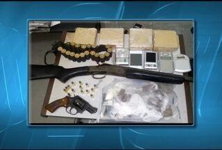 Em continuidade da Operação iniciada ontem em Pedra Azul, PC prende 7 pessoas em flagrante - Foram apreendidos drogas, dinheiro, armas, municoções, celulares e um pé de maconha.