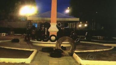 Artistas usam pneus velhos como pe;cas de esculturas - Proposta reaproveita material que seria descartado no meio ambiente.