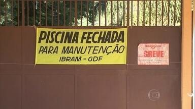 Em pleno verão, Parque Saburo Onoyama está fechado para manutenção - Segundo o Instituto Brasília Ambiental, a única piscina pública de Taguatinga precisou ser interditada na quinta-feira (15), por falta de verbas para pagar os salva-vidas. Muitos frequentadores ficaram surpresos ao encontrarem as portas fechadas.