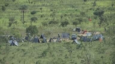 Famílias invadem área de proteção ambiental e querem montar assentamento ecológico - As famílias invadiram o terreno que fica entre a Granja do Torto e o Colorado. Durante a madrugada, elas improvisaram 20 barracos, levaram crianças de colo. Elas são do Movimento dos Trabalhadores Desempregados (MTD).