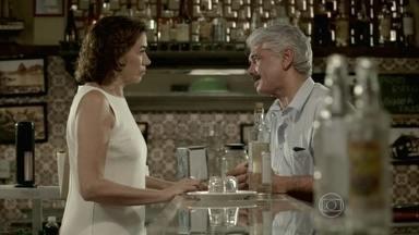 Marta se humilha para Manoel - A aristocrata vai atrás de Manoel e implora para falar com Zé Alfredo