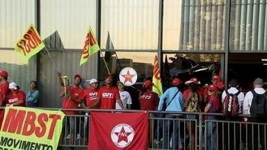 Manifestantes a favor da reforma agrária invadem sede do Incra - Cerca de 80 manifestantes forçaram a entrada e quebraram duas portas de vidro. Eles também colocaram bandeiras nas janelas do alto do prédio.