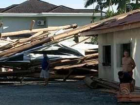 Após temporal, Joinville tem falta de energia elétrica e destelhamentos - Após temporal, Joinville tem falta de energia elétrica e destelhamentos