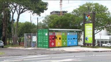 Estações de sustentabilidade facilitam a separação de lixo em Curitiba - Todos os bairros deverão ter uma dessas estações para descartar corretamente embalagens de plástico, de vidro, papéis e outros materiais.
