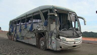 Vítimas de acidente com ônibus continuam internadas em Ponta Grossa - Dez pessoas seguem internadas em quatro hospitais do município, após o acidente que matou três pessoas na BR-376