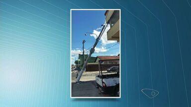 Telespectador registra poste inclinado em Vila Velha, no ES - O telespectador informou que um caminhão bateu no poste.