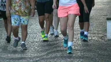 Calçado certo evita problemas de saúde na prática de corrida e caminhada - Fisioterapeuta fala sobre os cuidados. Quem se arrisca nessas atividades apenas no verão precisa ficar atento.
