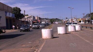 Moradores reclamam da falta de fiscalização na Avenida Perimetral Norte, em Goiânia - Eles afirmam que a situação causa acidentes e problemas no trânsito.