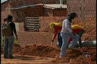 Moradores do bairro Fernando Idalino tentam resolver o problema de saneamento no local - Eles realizaram, nessa terça-feira (20), um mutirão.