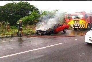 Carro em chamas interrompe trânsito entre Crato e Juazeiro do Norte nesta terça-feira - Não houve feridos.
