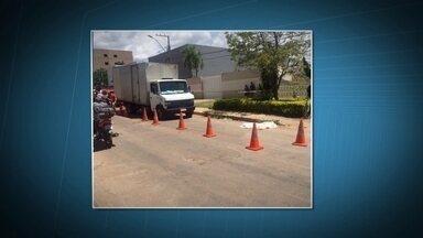 Uma criança morre e outra fica feria ao serem atropeladas na calçada, no DF - Duas crianças que andavam de bicicleta na calçada foram atingidas por um caminhão em Vicente Pires. Uma delas, de cinco anos, morreu na hora. Na QNL 3, uma menina foi atropela por uma motocicleta. Ela teve ferimentos leves.