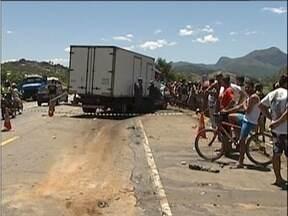 Homem de 38 anos morre após bater em caminhão na BR-381, em Timóteo - Veículo em que vítima estava invadiu a contramão antes do acidente.