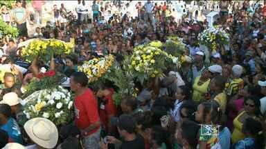 Parentes e amigos prestam as últimas homenagens a Humberto de Maracanã - Moradores, artistas e admiradores acompanharam as últimas homenagens ao cantador Humberto de Maracanã.