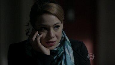 José Alfredo desconfia que Jesuína mentiu para ele - Ele conversa com Cristina por telefone e questiona a filha sobre sua ida ao banco