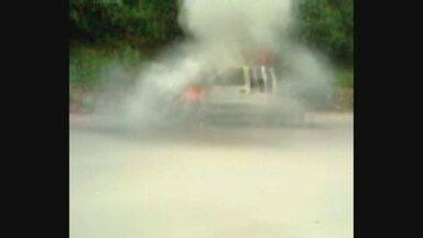 Carro pega fogo em estrada no Amazonas - Caso ocorreu na AM-010, em Rio Preto da Eva.