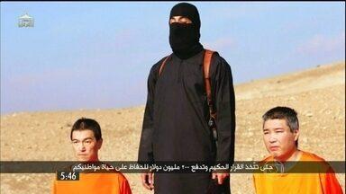 Terroristas do grupo Estado Islâmico ameaçam matar dois japoneses - Um terrorista com sotaque londrino é, provavelmente, o mesmo envolvido na morte de outros reféns. Agora, ele exige do governo japonês exorbitantes US$ 200 milhões.