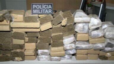 Descarregamento de 62 kg de droga é flagrado em rua de Vitória - Quinze homens estavam em carro com placas de Minas Gerais.Eles abandonaram a droga e fugiram, segundo a polícia.