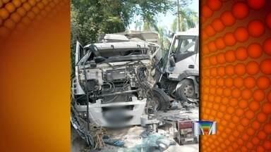 Duas pessoas ficam feridas em acidente em Pindamonhangaba, SP - Acidente entre dois caminhões aconteceu na tarde desta terça-feira (20).