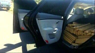 Polícia apreende cerca de 900 quilos de maconha em carro de luxo, em Formosa - O veículo foi abandonado às margens da BR-020. Um suspeito foi preso.