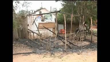 Em Bacabal, moradores estão assustados com o número de casas incendiadas - Em Bacabal, moradores de uma comunidade rural estão assustados com o número de casas incendiadas no povoado. Já foram registrados três casos.