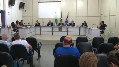 Moradores de Medianeira desaprovam projetos que criam cargos na Câmara Municipal - Conforme propostas aprovadas, mais de R$ 500 mil devem ser gastos por ano com os novos funcionários.