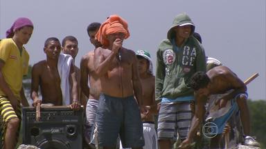Detentos da Penitenciária Barreto Campelo fazem protesto no Grande Recife - Vários estavam armados com facões, machados e pedaços de paus.