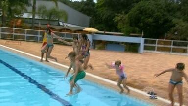 Nadar logo depois do almoço dificulta a digestão - As crianças ficariam o dia inteiro na piscina para se refrescar. Mas, antes de se divertir, muita gente toma alguns cuidados, como não tomar banho logo depois de comer para evitar uma congestão.