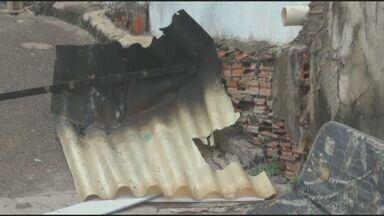 Velas causam incêndio durante 'apagão' em Rio das Pedras, SP - Uma casa pegou fogo em Rio das Pedras, SP, moradores tiveram dificuldade de em controlar o incêndio por causa da falta d'água na cidade.