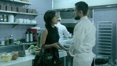 Clara se revolta com presença de Téo Pereira em sua casa - Lucas avisa a Dú que Marta faz questão da presença de toda a família durante ojantar