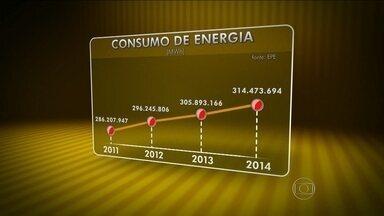 Brasil compra energia da Argentina há três anos para não faltar luz - O brasileiro tem consumido mais energia nos últimos três anos. Para não faltar luz, o Brasil compra energia da Argentina. Segundo especialistas, isso acontece porque o governo estimulou a compra de eletrodomésticos sem aumentar a produção de energia.