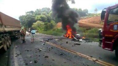 Homem morre carbonizado em acidente na PR-483 em Francisco Beltrão - A passageira foi retirada do veículo com ferimentos graves e encaminhada ao hospital, mas não resistiu e morreu no começo da madrugada.