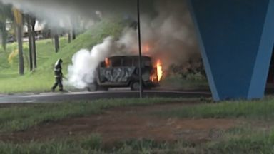 Após curto-circuito, kombi pega fogo em Franca, SP - Bombeiros foram chamados para conter incêndio e ninguém se feriu.