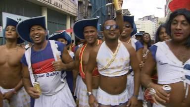 Integrantes do bloco As Muquiranas fazem arrastão no centro de Salvador - Foliões comemoram o retorno do bloco à Rua Carlos Gomes.