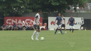 Santos vence Cotia por 4x0 em jogo treino - Jogadores santistas não tiveram descanso no último sábado (24). O zagueiro Werley participou da atividade.