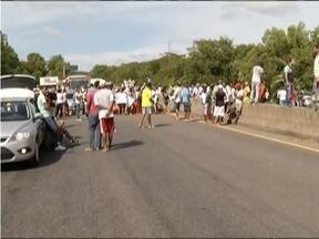 Manifestante bloqueiam BR-381 por quase três horas em Belo Oriente - Os dois sentidos da rodovia ficaram interditados, sendo liberados alguns monetos durante o protesto.