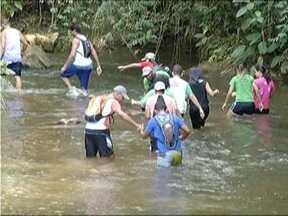 Grupo organiza programação para visitar pontos turísticos no Vale do Aço - Caminhada de cerca de uma hora, às margens da Cachoeira do Bucaína, em Antônio Dias, foi contemplata pelo grupo neste fim de semana.