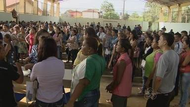 Escolas estaduais começam a semana com filas para matriculas - As escolas estaduais começaram a semana com muitas filas. Em muitas a missão era inscrever os nomes dos filhos e torcer para que eles sejam sorteados