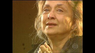 Marieta diz que não vai mais comer - Giovanna tenta animá-la, mas a mãe só pensa no filho morto