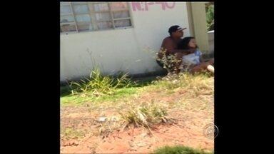 Grávida é mantida refém sob mira de faca pelo próprio marido em Bauru - Uma jovem grávida foi mantida refém sob a mira de uma faca pelo próprio marido neste domingo (25), em Bauru (SP). Segundo a polícia, a mulher, de 20 anos, ficou em cárcere privado durante dias no Conjunto Habitacional Moradas do Buriti, até que vizinhos descobriram e chamaram a PM.