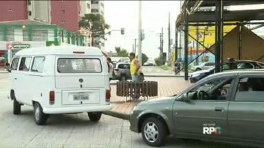Motoristas de carros e vans aproveitam paralisação dos ônibus para ganhar dinheiro - Vans e carros cadastrados pela URBS efetuaram o transporte em Curitiba, suprindo a falta de ônibus na cidade para quem não poderia deixar de se locomover.